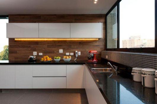 parede de madeira na cozinha