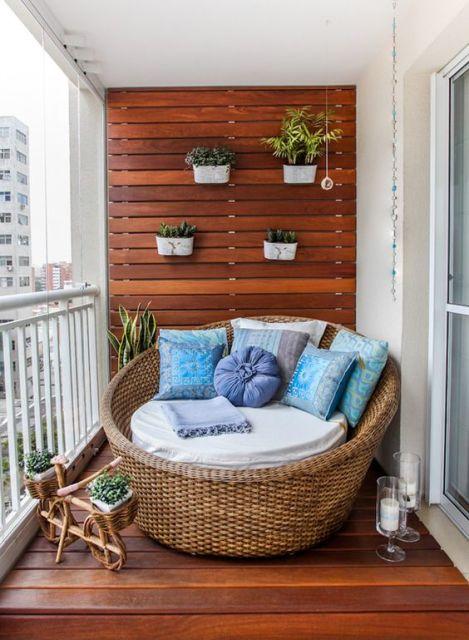 parede de madeira na varanda de apê