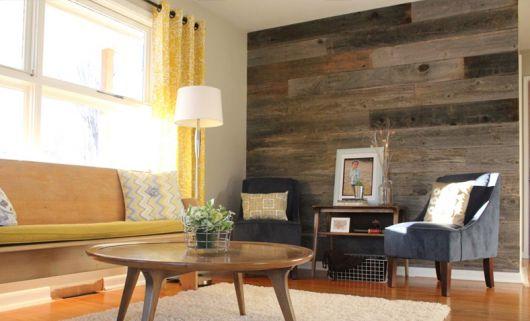sala com parede de madeira demolição