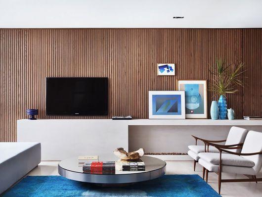 parede de madeira atrás da TV