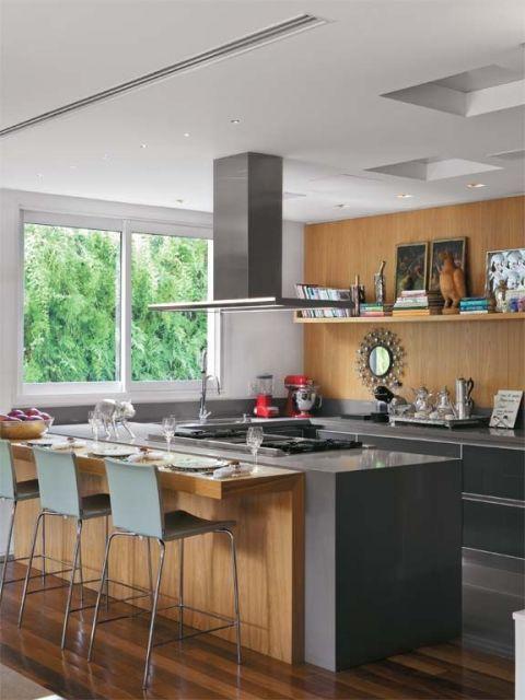 dica de cozinha com parede de madeira