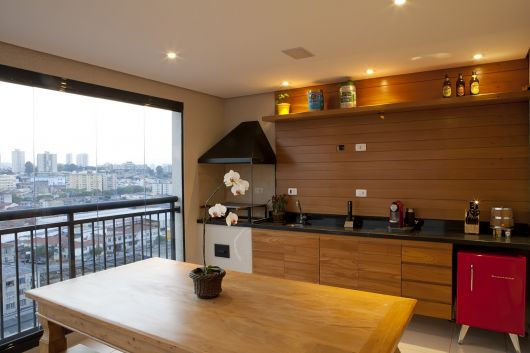 parede de madeira na cozinha de apartamento