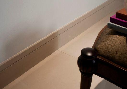 rodapé de porcelanato que imita madeira