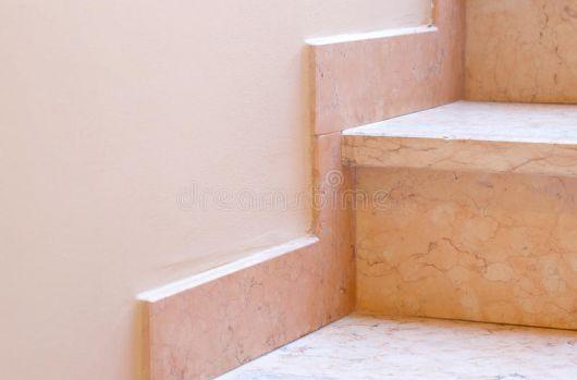rodapé de porcelanato marmorizado escada