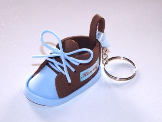 chaveiro de sapatinho de eva azul e marrom