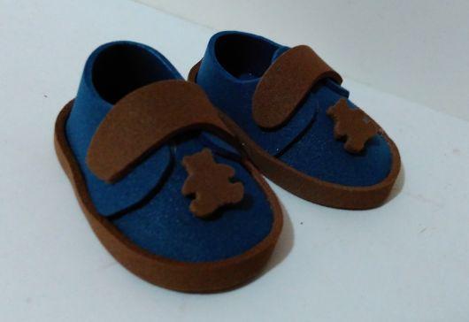sapatinho de eva azul com marrom