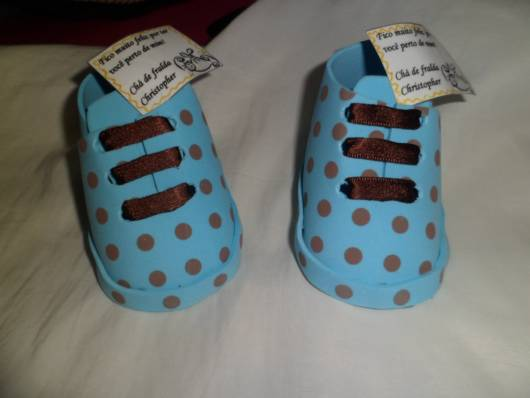 sapatinho de eva azul com bolinhas