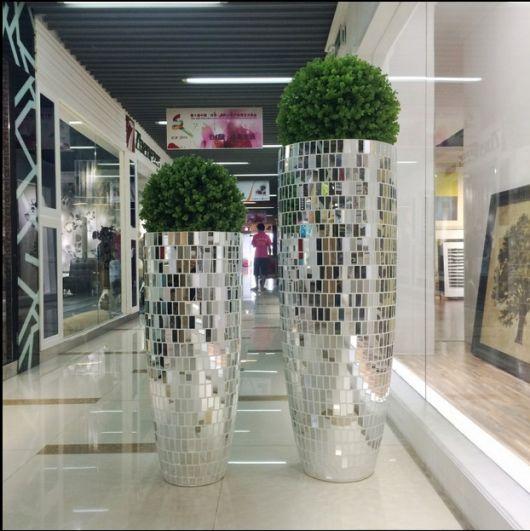 vaso espelhado grande com arbusto