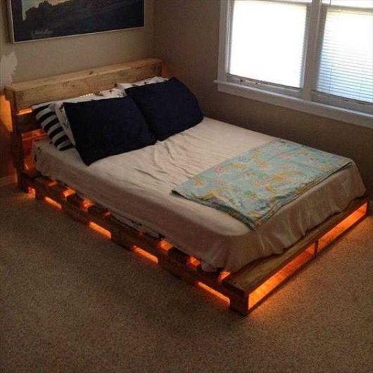 Cama de paletes com luzes embaixo.