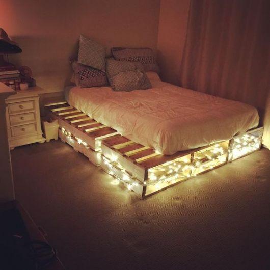 Quarto com luzes apagadas e iluminação embaixo da cama.