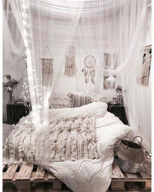 Quarto com filtros do sonho e cortinas na cama.