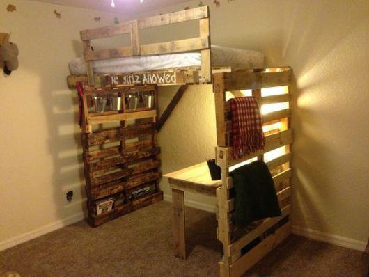 Beliche de paletes, com espaço embaixo para mesa de estudos.