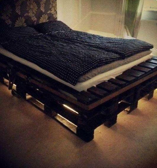 Cama com futon, com luzes embaixo.