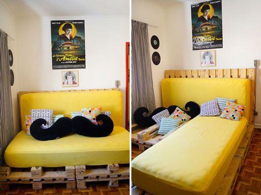 Sofá cama com capa amarela.