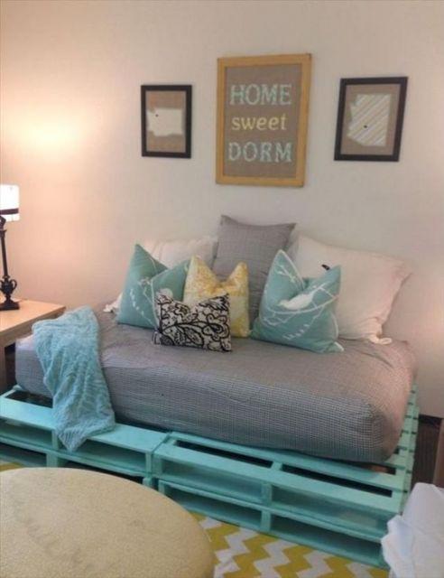 Sofá cama de palete azul.