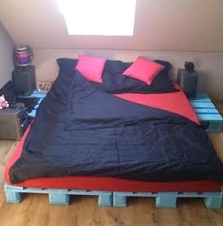 Paletes azuis e roupa de cama vermelha e azul escuro.