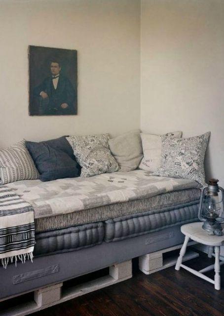 Sofá cama com futon e almofadas