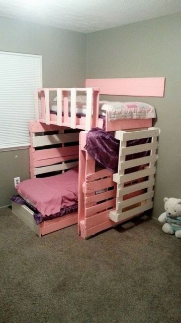 Beliche rosa, com escada de palete.