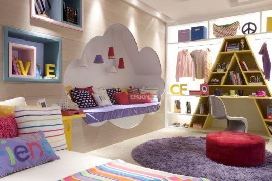 Modelo de quarto feminino nas cores lilás com paredes branco gele.