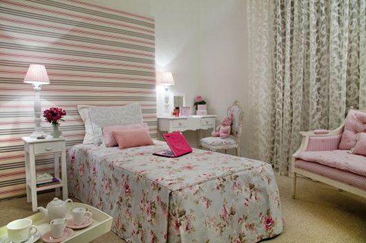 Modelo de quarto na cor branco com papel de parede colorido nas cores branco, rosa e cinza.