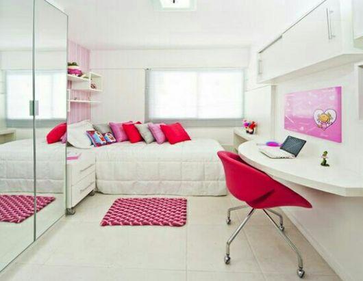 Quarto deminino branco com espelhos e almofadas cor de rosa.