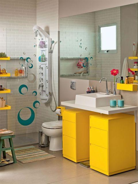 Modelo de banheiro pequeno decorado com adesivos de box em tons de amarelo e bege.