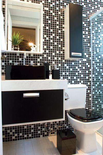 Banheiro pequeno preto e branco com pastilhas.