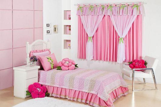 Modelo de quarto infanntil feminino cor de rosa bebe delicado com almofadas divertidas.