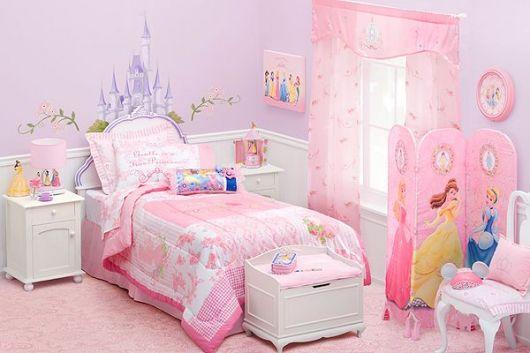 Quarto feminino rosa das princesas.