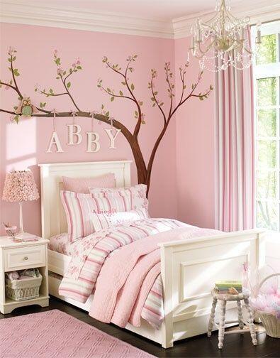 Quarto feminino cor de rosa com adesivo de parede de arvore.