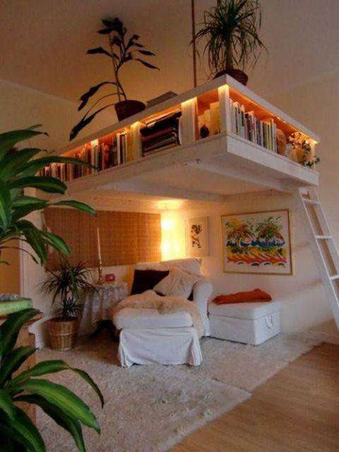 Espaço suspenso, com prateleiras e sofás embaixo.