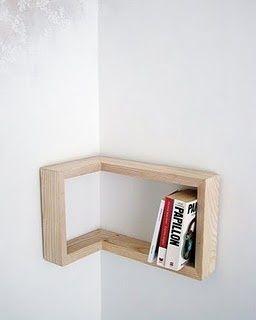 Prateleira de madeira para cantos de paredes.