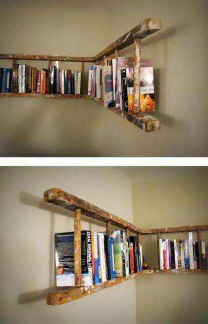 Escada servindo como estante de livros.