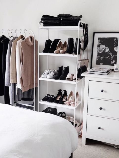 Decoração de quarto branca, com estante usada para guardar sapatos.