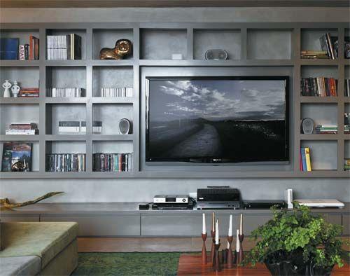 Estante cinza para televisão e outros itens.