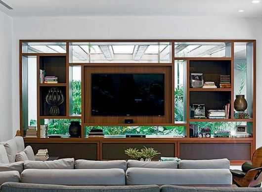 Estante de vidro, separando a sala do jardim.