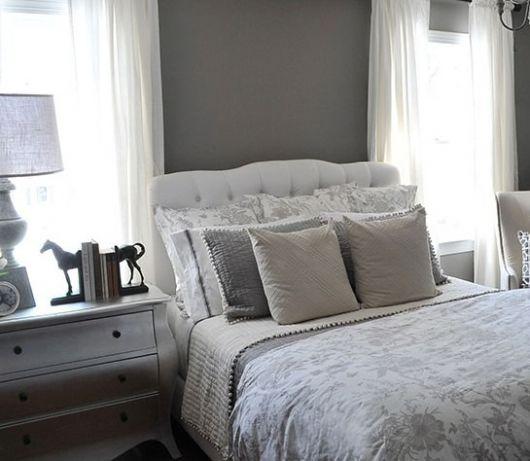 cabeceira branca em cama de solteiro