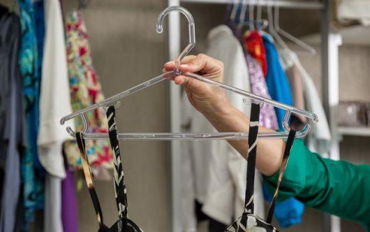como organizar guarda-roupa vestido