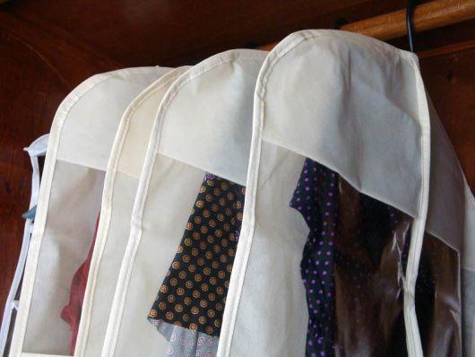 como organizar guarda-roupa vestido capas