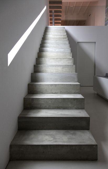 escada de concreto reta