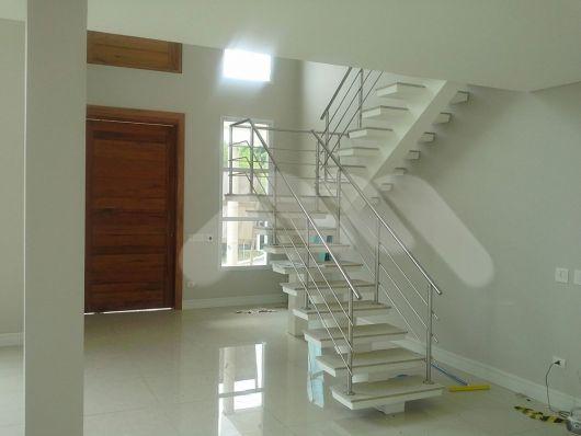 escada de concreto com viga central