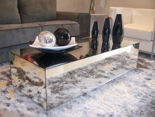 Uma mesa de centro de vidro espelhado pode ajudar a aumentar o ambiente