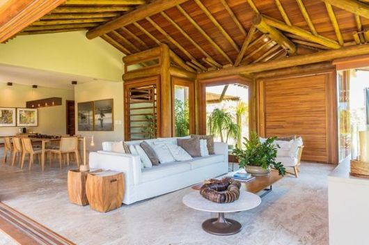 sofá branco decoração rústica
