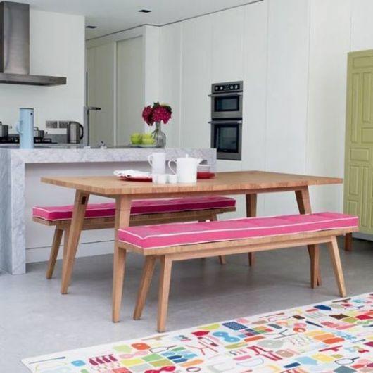 mesa com bancos de madeira