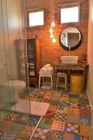 banheiro com piso de ladrilho hidráulico