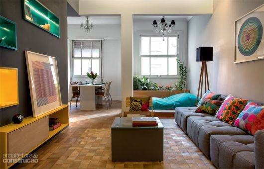 sofá cinza sala de estar