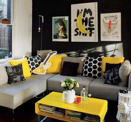 sofá de canto com almofadas