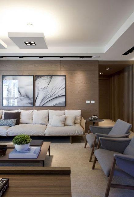 sala de estar com parede de madeira