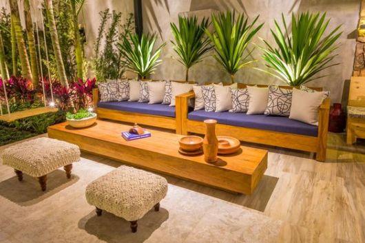 sofá com almofadas azuis