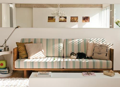 sala com sofá de listras